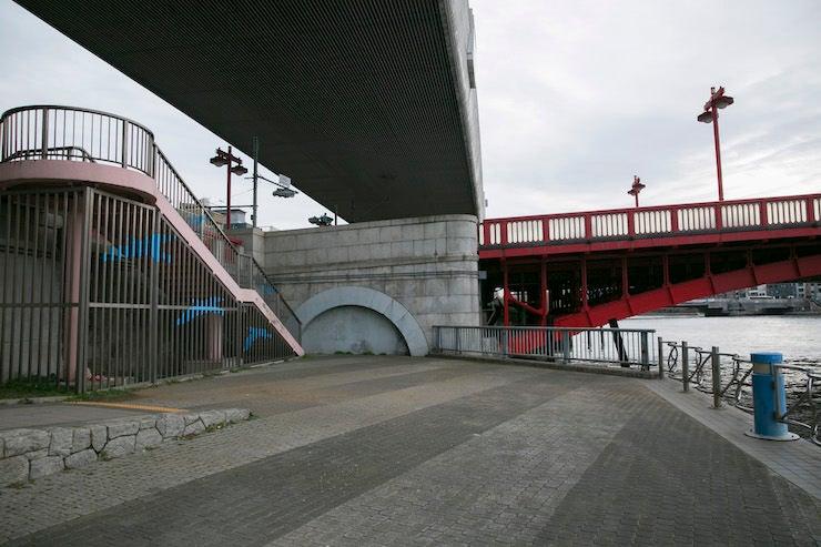 ③隅田川を挟んで存在する異なる景色