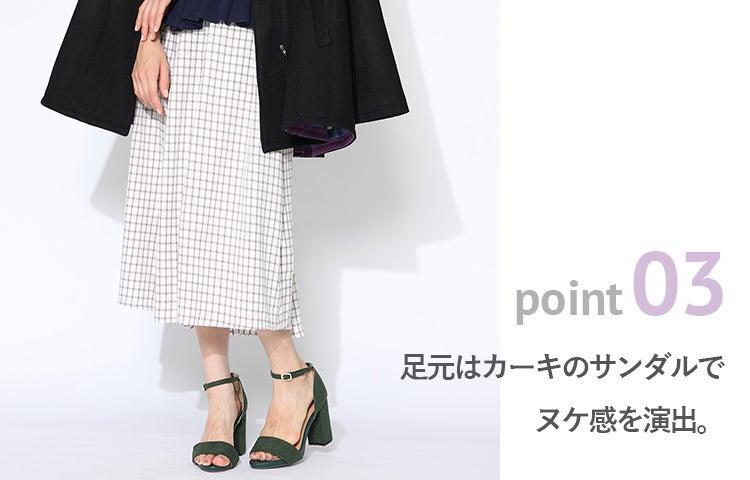 point03 足元はカーキのサンダルでヌケ感を演出。